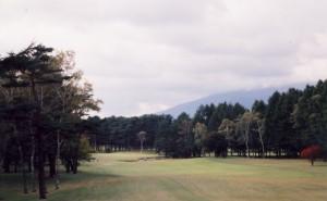 浅間山を遠望する14番パー5