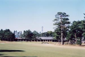 武蔵カントリークラブ 豊岡コース:18番ホールと1階建クラブハウス