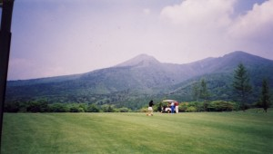 那須ゴルフ倶楽部 14番フェアウェイから那須岳を見上げる
