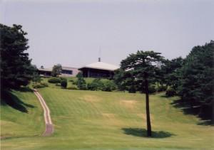 青梅ゴルフ倶楽部 東コース1番ホールとクラブハウス