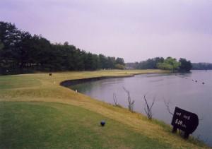 小野ゴルフ倶楽部 9番ホール ホップステップジャンプの愛称がある。右は鴨池。