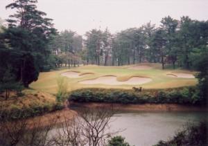 小野ゴルフ倶楽部 17番ホール 谷(池)越えのパー3