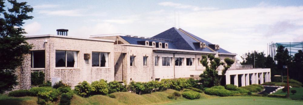 伊豆ゴルフ倶楽部 18番グリーン側から見たクラブハウス