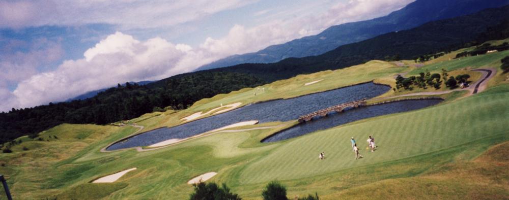 伊豆ゴルフ倶楽部 7番(手前)と8番(池の向う) 山上のリンクス