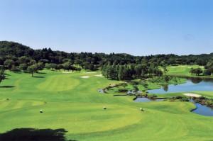 キングフィールズゴルフクラブ 17番ホール左正面フェアウェイドッグレッグして右奥は17番グリーンを望む。右下手前は18番グリーン