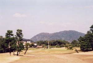芥屋ゴルフ倶楽部 9番グリーンとクラブハウス